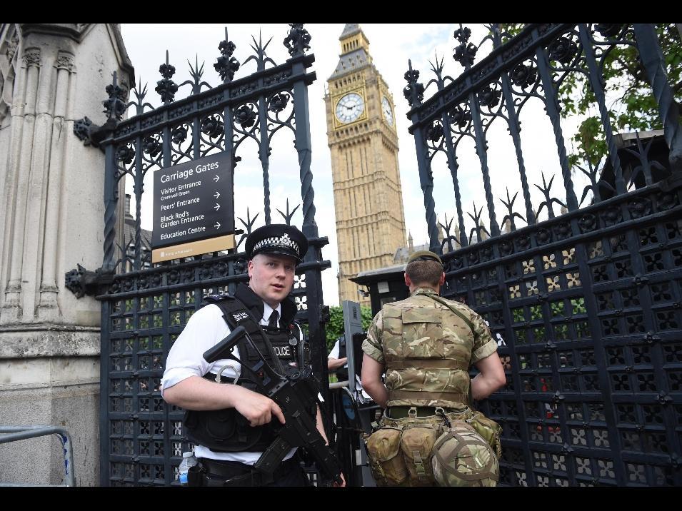 Londra, auto contro le barriere fuori del Parlamento: un arresto