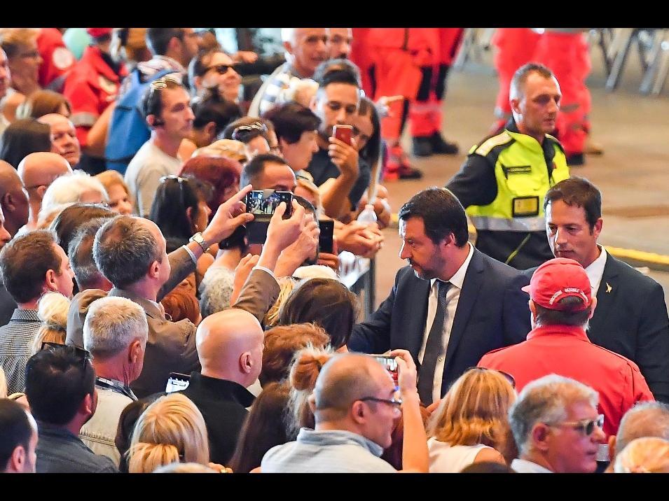 Matteo Salvini e l'irresistibile leggerezza dei selfie