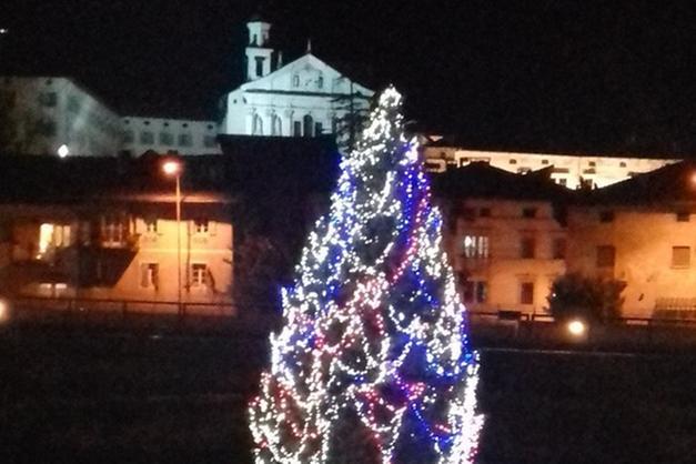 Crea Foto Di Natale.San Michele L Albero Di Natale Sul Fiume Ora Crea Imbarazzo