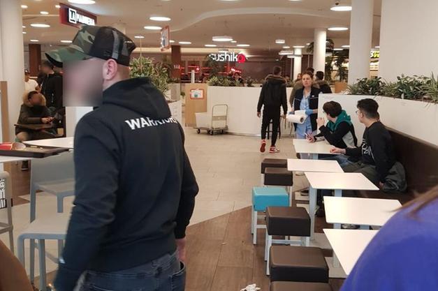 Bolzano rissa al centro commerciale volano vassoi e sgabelli