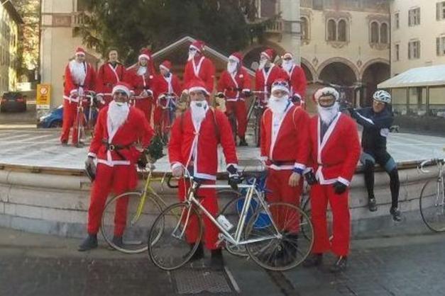 Babbo Natale In Bicicletta.I Babbo Natale In Bicicletta Fanno Gli Auguri Agli Anziani Trento