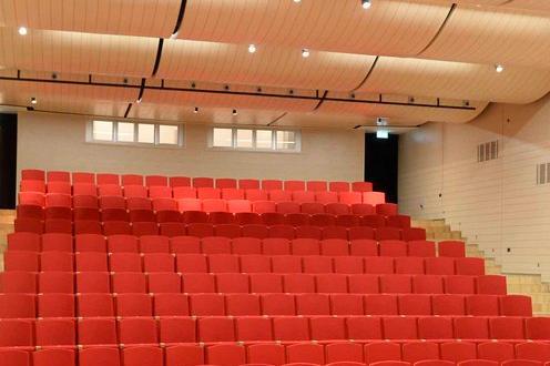 Teatro Le Sedie.Legno D Acero E Sedie Rosse Il Teatro Si Svela Trento