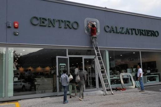 """98ded7806b404 Solo """"made in Italy"""" e di ottime marche le calzature (e le borse) del nuovo  grande negozio che d qualche giorno ha aperto i battenti al posto della  storica ..."""